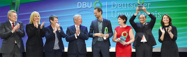Die Gewinner des Deutschen Umweltpreises haben gut lachen: Es winken 500.000 Euro Preisgeld und die Trophäe aus der Hand des Bundespräsidenten. © Himsel, DBU