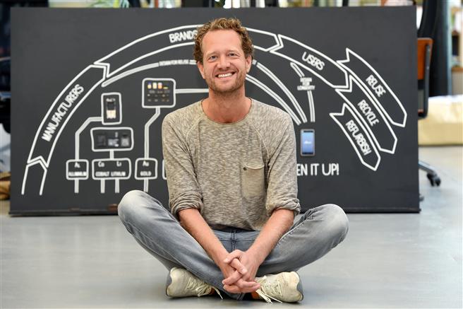 Fairphone Gründer Bas van Abel hat die gesamte Wertschöpfungskette im Blick: Material, Design, Fertigung, Vertrieb und Lebenszyklus eines Smartphones werden für das Fairphone auf den Prüfstand gestellt. © Peter Himsel