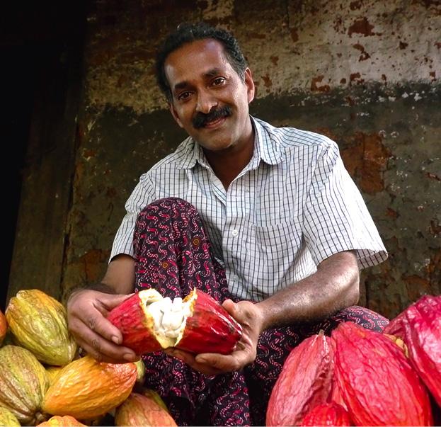 Zotter achtet auf ideale Bedingungen für Mensch und Natur (hier: Kakaobauern aus Indien mit dem wertvollen Rohstoff). © Zotter Schokolade
