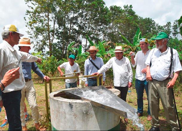 Das Land wurde durch die neu gepflanzten Bäume wieder grün und der Boden kann die Regenfälle optimal speichern. So gut, dass heute wieder frische Quellen sprudeln. © Isabela Cajiao-Angelelli