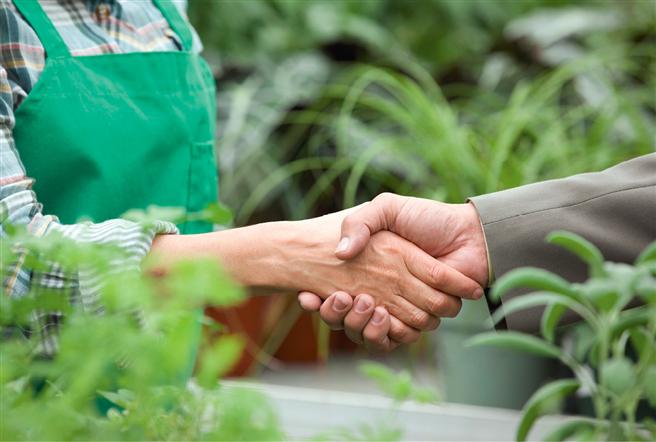 Sich für mehr Nachhaltigkeit und Transparenz in weltweiten Lieferketten einsetzen. © Shutterstock