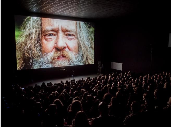 Der lebendige Film, wie das Cosmic Cine Filmfestival seine Filmauswahl beschreibt, schafft es, die Lebensweisheiten, Ideen und Erfahrungen vieler Menschen über die große Kinoleinwand zu teilen und in einem Miteinander der Generationen zu bewegen. © Cosmic Cine Filmfestival