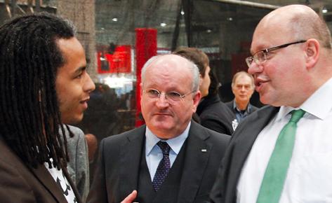 Hoher Besuch: Patrick Mijnals begrüßt den damaligen €Umweltminister Peter Altmaier am Infostand von bettervest auf der Cebit. © Iris Klöpper