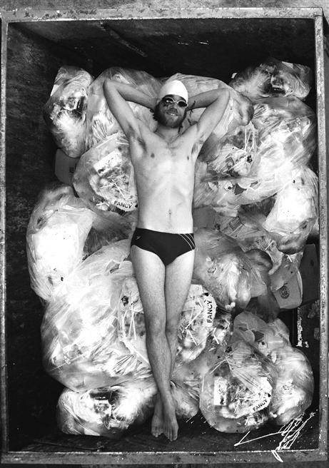Niemals ohne Badekappe: Für seinen Film 'Dive' tauchte Filmemacher Jeremy Seifert tief in die Welt der Supermarktabfälle rein. Seine Doku ist nicht die einzige aus dem Genre der 'Open-Mind-Movies', die weltweit Bewegungen für grüneres und menschlicheres Handeln in Gang setzen. © Cosmic Cine Festvial