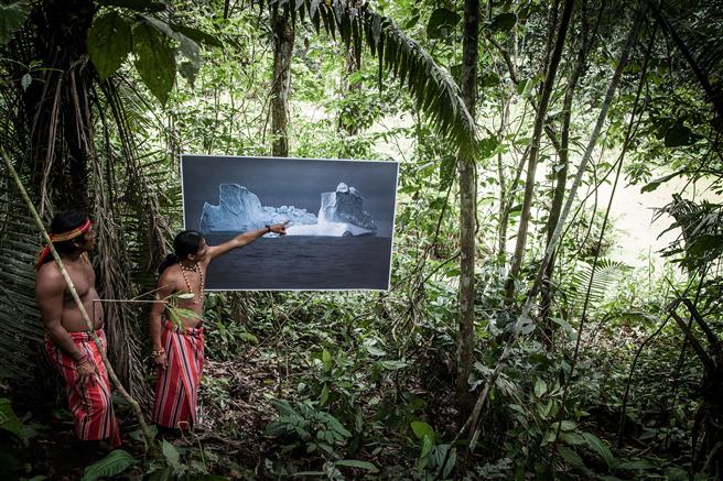 Die Fotografin und Künstlerin Barbara Dombrowski zeigt die Betroffenen des Klimawandels mit großformatigen Bildern in Ausstellungsinstallationen vor Ort. Sie will damit eine Brücke zwischen den Kulturen bauen. © Barbara Dombrowski