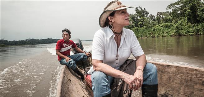 Scheut keine Strapazen: Seit 35 Jahren versucht die zierliche Münchnerin mit großem Mut, vil Verstand und grenzenloser Einsatzereitschaft den traditionellen Lebensraum der Waldindianer zu bewahren. © Barbara Dombrowski