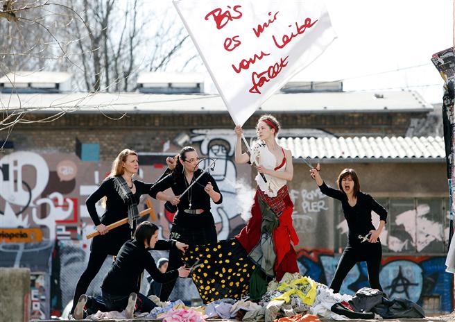 Für eine neue Mode aus alten Kleidern gehen sie symbolisch auf die Barrikaden. © Veränderungsatelier