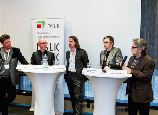 Die Paneldiskussion mit Fred Ziebarth, Prof. Uwe ­Becker, Prof. Richard David Brecht, Christian Geyer Hindemith und Elmar Thomassek (l nach r) thematisierte die Zukunft der Bildung. Foto: © Wolters Kluwer Deutschland GmbH