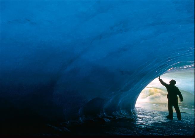 Klimawandel: Diese Eishöhle in der Antarktis symbolisiert die Schönheit und Verwundbarkeit der Natur. Einige Jahre nachdem Gary Braasch sie fotografiert hatte, war sie vollkommen abgeschmolzen. Foto: © Gary Braasch