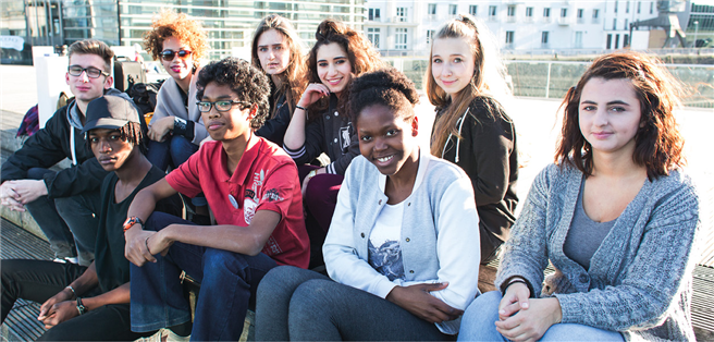 Ein Gruppenbild mit jungen Menschen, auf bestem Wege, sich zu integrieren. Foto: © Servicebüro Jugendmigrationsdienste
