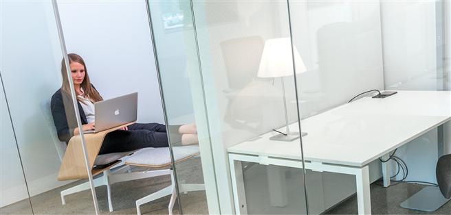 Es muss nicht immer Schreibtisch sein. Im Bild der Co-Working-Bereich des Offx in Berlin.