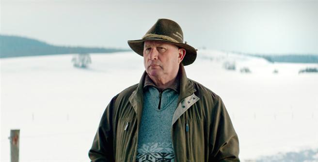Der Hauptprotagonist im Film, Projektentwickler Edy Kraus, erfüllt sich den Traum von einer mobilen Pelletieranlage. Zwei Kilogramm seiner Stroh-Pellets ersetzen einen Liter Öl. Foto: © change Filmverleih