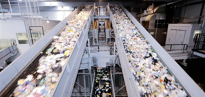 Verpackungen, nichts als Müll? Nein, Wertstoffe, von denen die Recycling-Wirtschaft möglichst viele in Stoffkreisläufe zurücklenkt. © ALBA GROUP