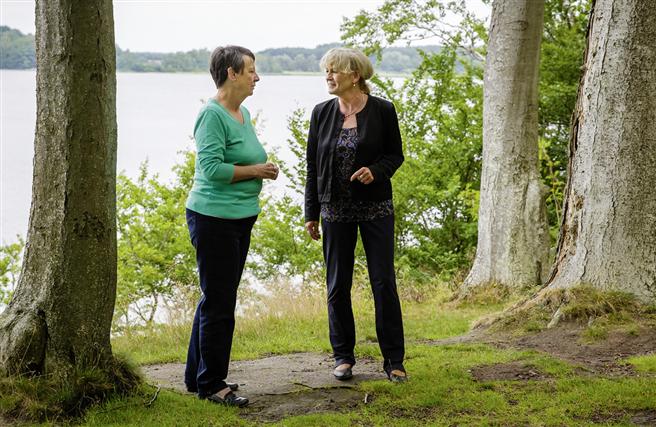 Sie lieben die Natur: Umweltministerin Barbara Hendricks und BfN-Chefin Beate Jessel im Gespräch. © Thomas Trutschel, Photothek, BMUB