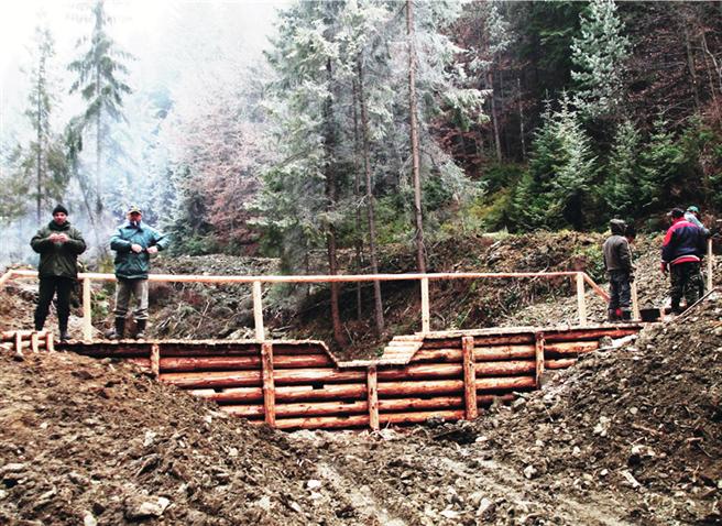 Check-Dams in der Slowakei – der Abfluss des Regenwassers wird aufgehalten und gebremst, damit es einsickern kann. Das verhindert Bodenerosion und Überschwemmung. © Rain for Climate