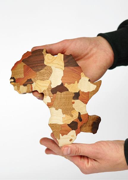 Der Preis für eine Afrika-Stiftung: Die filigrane Handarbeit aus heimischen Hölzern symbolisiert den afrikanischen Kontinent. © dsignSolutions