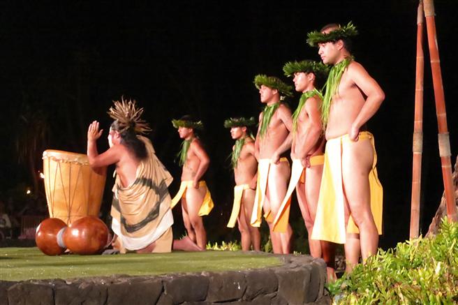 Mit dem Herzen verbunden: Traditionelle Tänzer auf Hawaii im Gleichklang zum Rhythmus der Trommel. // Foto: © Monika Gruhl