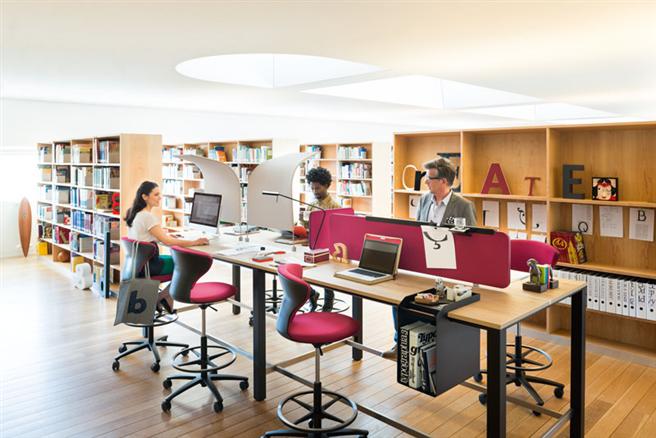 Ein zentraler Punkt sind ergonomisch perfekte Arbeitsbedingungen, die einen gesunden Wechsel von Steh- und Sitzarbeit ermöglichen. © Sedus Stoll AG