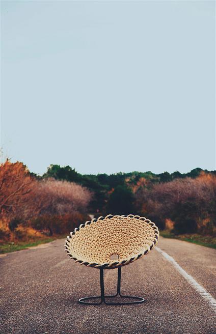 Dieser handgefertigte Sessel ist aus nur einem zusammenhängenden Seil geknotet. Unzählige Fischerknoten geben diesem ausgefallenen Stuhl seinen maritimen Style. © InteriorPark.