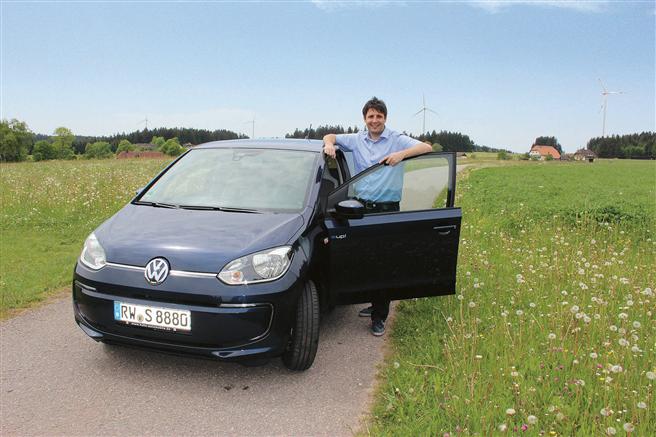 """Christian Schneider ist stolz auf den ersten """"Elektro-Dienstwagen"""