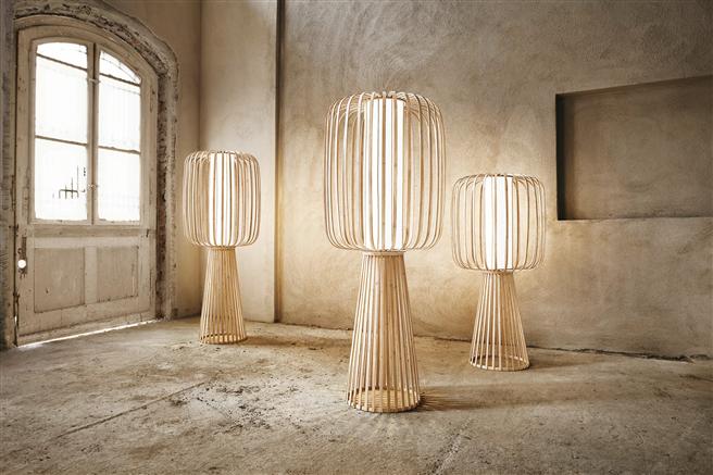 Schöner Schein fällt durch die samtigen, geölten Bambusstäbe, die ohne chemische Zusätze auskommen und aus einem Bambus-Splint in traditionellem Verfahren gebogen werden. © InteriorPark.