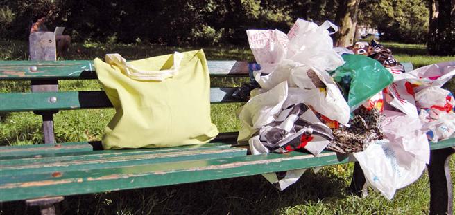 Wann endlich macht der Gesetzgeber die Abgabe von Plastiktüten so teuer, dass Sie wertgeschätzt werden, statt die Landschaft zu verschandeln? Irland hat dafür den Weg gezeigt. © DUH