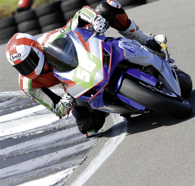 2014 startete das Team von Agni Racing mit einem modifizierten Straßen-Motorrad. // Foto: www.motoeracing.com