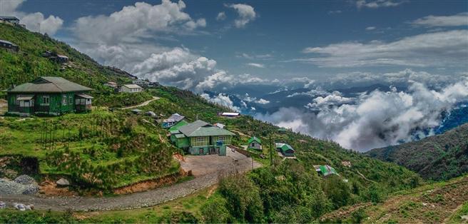 Dramatische Berglandschaften und malerische Terassen für den Teeanbau sind Kulisse für Reisen durch Sikkim. Die Kraft der ursprünglichen Landschaft am Fuß des Himalaya und die freundliche Ruhe der Bevölkerung überträgt sich dabei schnell auf den Besucher. © Amritendu Mallick