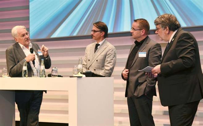 Diskutierten Chancen für Deutschland und Europa im digitalen Wettkampf (v.l.): Prof. Dr. Dr. h.c. Manfred Broy (Zentrum Digitalisierung. Bayern), Peter Fatelnig (Europäische Kommission), Jens Mühlner (Charta digitale Vernetzung e.V.), Moderator Ludwig Karg (B.A.U.M. Consult GmbH). Foto: B.A.U.M.