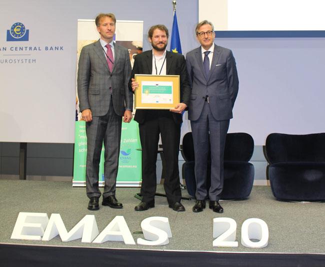 Florian Schmidt (Mitte), verantwortlich für das Umweltmanagement bei HiPP, nahm die EMAS-Urkunde entgegen. Foto: EMAS Geschäftsstelle