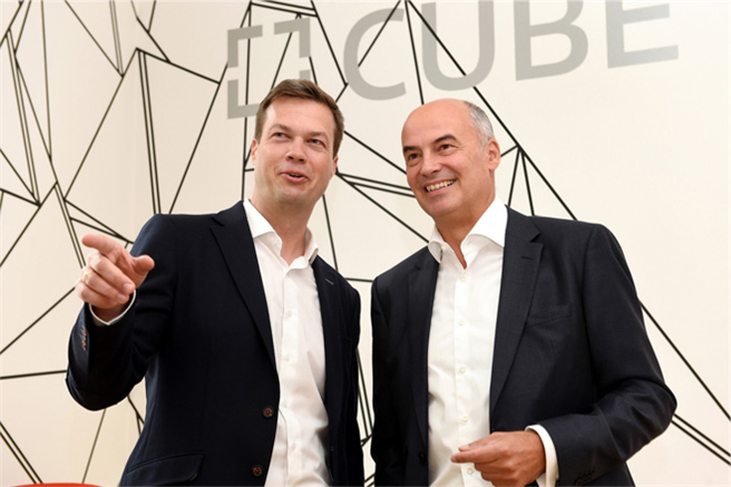 Opening the new CUBE Cooperation Space in Berlin: Daniel Hartert, Chief Information Officer of Bayer AG (on the right), and Dr. Torsten Oelke, Executive Chairman of CUBE. Foto: Bayer AG