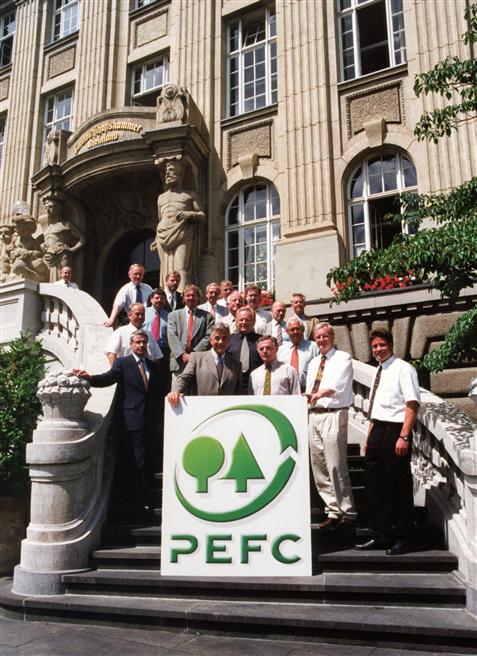 Rückschau: 21 Tage nach Gründung des damals noch 'Pan-Europäischen Forst-Zertifizierungssystem' genannten PEFC auf internationale Ebene wurde in Bonn der Deutsche Forst-Zertifizierungsrat (DFZR) gegründet. Der DFZR ist das maßgebliche Steuerungs- und Entscheidungsgremium für die Zertifizierung nachhaltiger Waldbewirtschaftung nach PEFC in Deutschland. © AFZ Der Wald / Archiv