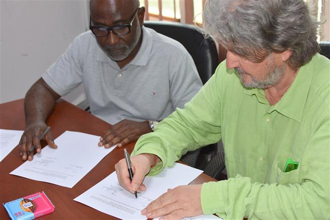 Alfred T. Ritter unterzeichnet gemeinsam mit Eliseus Opoku-Boamahmit, dem Vorsitzenden der Cocoa Abrabopa Association, in Ghana ein Memorandum of Understanding. © Ritter Sport