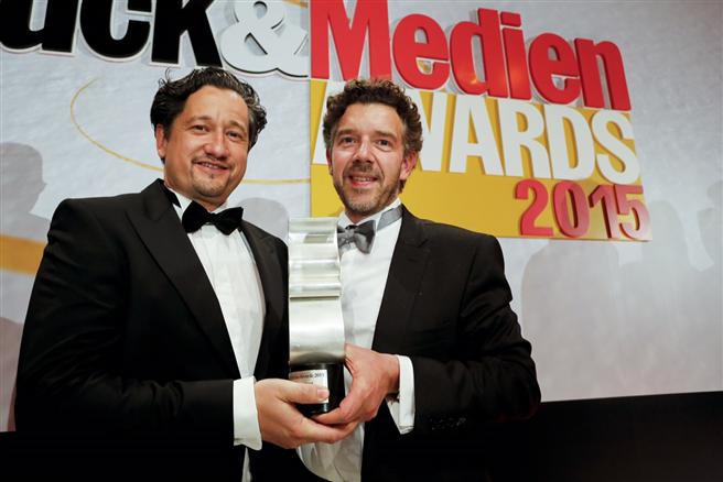 Prokurist Thomas Fleckenstein und Inhaber Ralf Lokay mit der Preistrophäe der Druck & Medien-Awards 2015 Credits Foto: druckawards.de