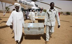 Humanitäre Helfer bringen Hilfspakete nach Süd-Darfur. UN Photo/Olivier Chassot