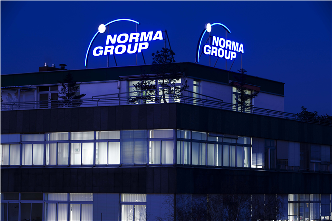 Die NORMA Group Firmenzentrale in Maintal bei Nacht. © NORMA Group SE