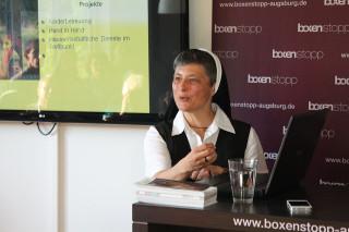 Franziskanerschwester Veronika Görnert geht mit gutem Beispiel voran. © elfgen pick gmbh & co kg