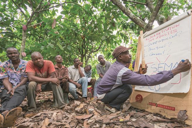 Der Verkaufspreis der nachhaltigen HORIZONS-Kakao- und Schokoladenprodukte beinhaltet eine Prämie, welche in Nachhaltigkeitsinitiativen wie Schulungen und Unterstützung für Kakaobauern sowie die Gemeinschaftsentwicklung fließt. © Cocoa Horizons Foundation