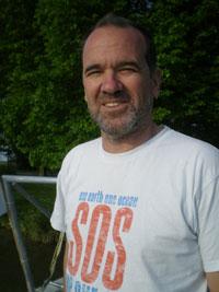 Günther Bonin: Den Abenteurer konnte er sich bis heute erhalten – Dreitagebart und das ausgewaschene T-Shirt mit dem 'Safe our Seas'-Aufdruck stehen ihm. Foto: One Earth - One Ocean e.V.