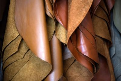 Gegerbtes Leder vor der weiteren Verarbeitung. © Rainer Sturm/pixelio.de