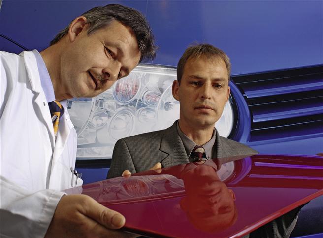 Glänzendes Ergebnis: Dr. Markus Mechtel (r.) und Thomas Klimmasch beurteilen eine Testlackierung. © Bayer Material Science