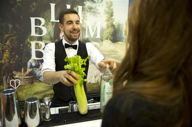 Bio-Barkeeper Felix Haag empfiehlt frischen Spicy Veggie. © AGENTUR BLUMBERG