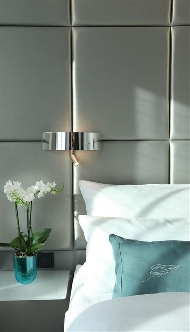 Das Hotel hat im Jahr 2013 fünf der 18 Hotel-Etagen energiesparend renoviert und bietet dort außergewöhnliche Zimmer im Stil von Sportjacht-Kabinen. © Lindner Hotels & Resorts