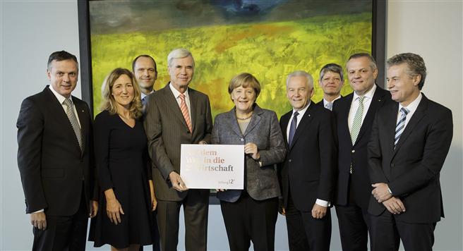 Namhafte Top Manager der deutschen Wirtschaft überreichten der Bundeskanzlerin die Erklärung 'Deutsche Unternehmen auf dem Weg in die 2°-Wirtschaft'. © Bundesregierung / Sandra Steins