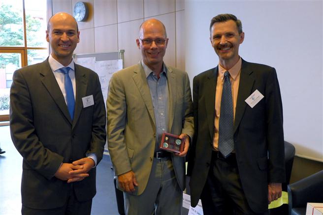 Professor Günther Bachmann (Bildmitte) vom Rat für Nachhaltige Entwicklung zusammen mit Professor Stefan Schaltegger und MBA-Absolvent Andreas Schruth. © Leuphana Universität Lüneburg