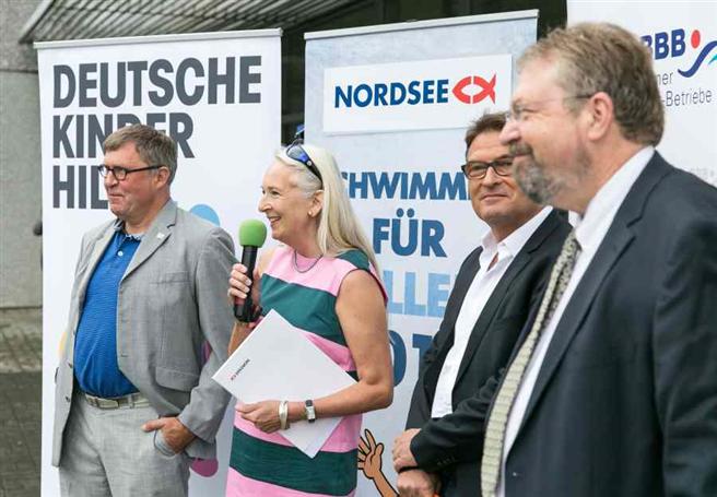 Das Projekt 'Schwimmen für ALLE' wurde im Sommer 2014 in einer Kooperation der Berliner Bäder-Betriebe, der Deutschen Kinderhilfe e.V. und der NORDSEE GmbH ins Leben gerufen. © NORDSEE GmbH