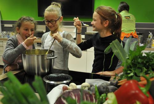 Kinder in der Kochschule. Copyright: Wolfgang Heumer / Klimahaus Bremerhaven 8° Ost