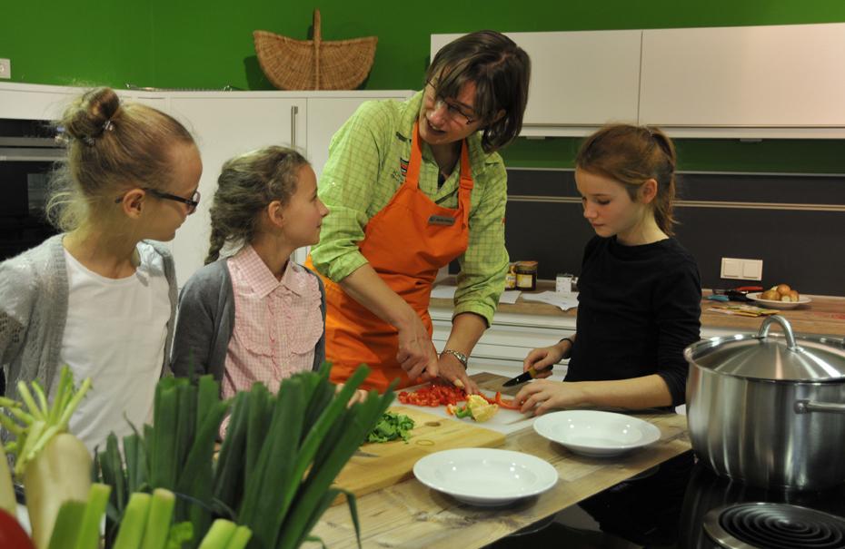 Gemeinsam wird gelernt, wie man Gutes in der Küche zaubert. © Wolfgang Heumer / Klimahaus Bremerhaven 8° Ost
