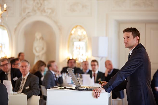 Dr. Peter Mösle, Partner der Drees & Sommer AG, begrüßt die über 100 Gäste im Schloss Solitude. © Drees & Sommer