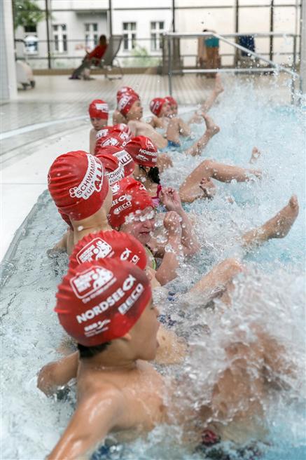 Kitakinder im Stadtbad Schöneberg sowie Kitakinder mit den Inititatoren von Schwimmen für ALLE. © Fotografie Michael Fahrig
